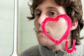 Rádi vás na zrcadle se muž v pozadí — Stock fotografie