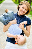 Portrait of happy mother with a child on hands — Stockfoto