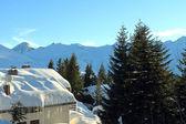 Verschneite dächer in berglandschaft — Stockfoto