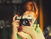 Fermer - up de la jeune femme ayant autorité sur la caméra antiquaire. — Photo