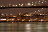 MANHATTAN AND BROOKLYN BRIDGE AT NIGHT — Stock Photo