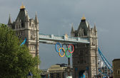 Olympic Rings suspended from Tower Bridge at night — Stock Photo