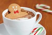Homem-biscoito no chocolate quente — Foto Stock