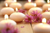 κεριά και λουλούδια — Φωτογραφία Αρχείου