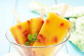 παγωτό μάγκο-ροδάκινο με φράουλα — Φωτογραφία Αρχείου