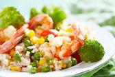 Ris med grönsaker och räkor — Stockfoto