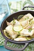ライムとニンニクの焼かれた魚のフィレ — ストック写真