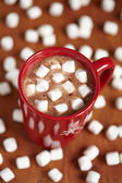 Red mugs with hot chocolate and marshmallows — Stock Photo