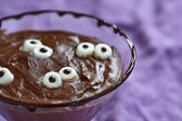Chocolate pudding with marshmallow for Halloween — Stock Photo