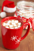 Red mugs with hot chocolate and marshmallows — 图库照片