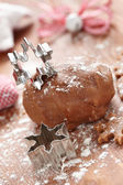 Zencefilli kurabiye hamuru ve kar tanesi kesici — Stok fotoğraf