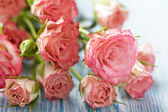 Pink roses bouquet on wooden table — Stock Photo