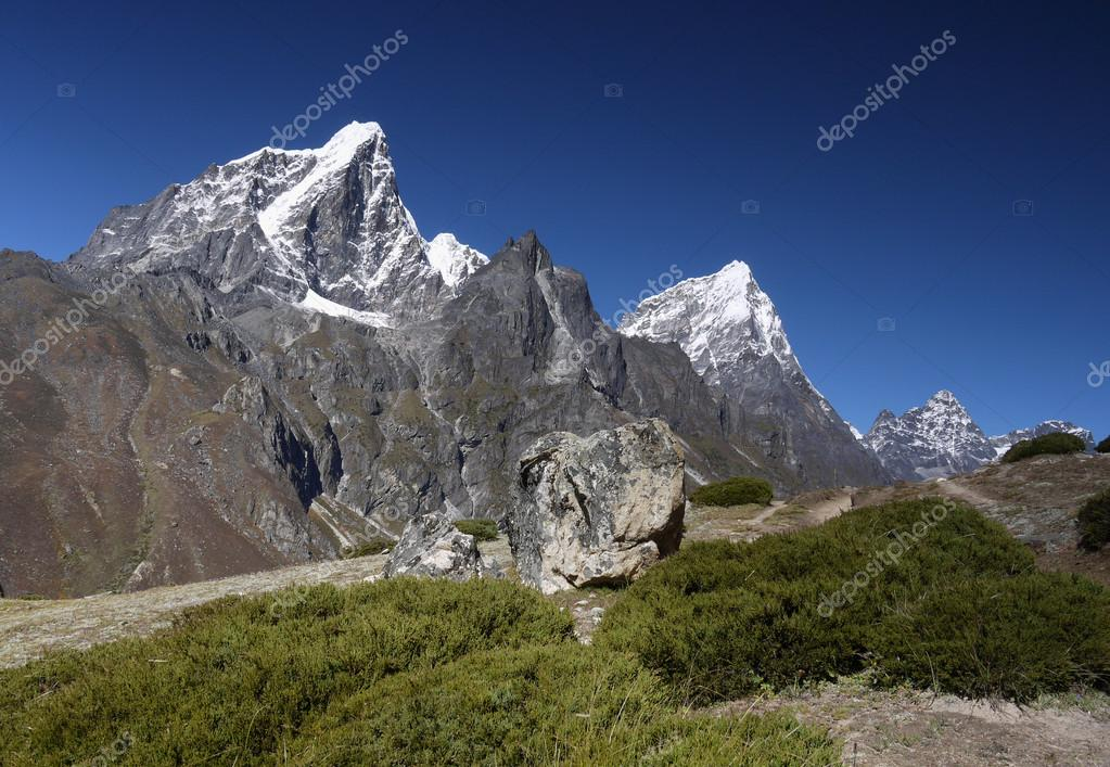Six thousand mountain Taboche peak in the Khumbu valley. Himalayas, Nepal. — Stock Photo #15810573