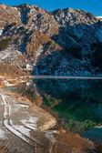 美しい反射と冬の湖のシーン — ストック写真