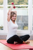 Attraente giovane donna fa fitness — Foto Stock