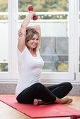 Attraktive junge frau macht fitness — Stockfoto