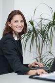Unga attraktiva affärskvinna använder sin laptop — Stockfoto