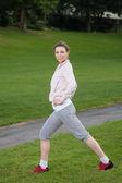 Mladá žena sportovní zahřeje — Stock fotografie
