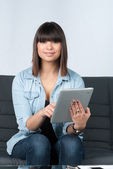 Young woman uses a tablet — Foto de Stock