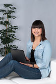 Woman uses a netbook — Stock Photo