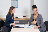 Two women are in a meeting — Stock Photo