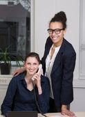 Две женщины в офисе — Стоковое фото