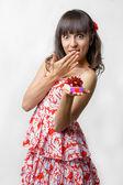 Dívka s darem v ruce — Stock fotografie
