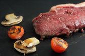 Rundvlees wordt gekookt in een grill — Stockfoto