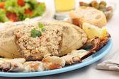 Gekookte krab op een tafel - zeevruchten schotel — Stockfoto