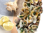 Steamed clams seasoned with olive oil, garlic and parsley — ストック写真