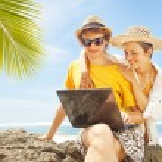 par med laptop på stranden, bali — Stockfoto