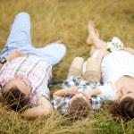 在夏天公园的一个儿子在一起的家庭 — 图库照片