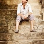 gut aussehender Mann sitzt auf der Treppe, bali — Stockfoto