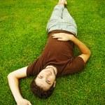 ung man på det gröna gräset — Stockfoto