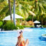 Young beautiful woman outdoors in swimming pool, bali — Stock Photo