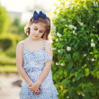 Little girl in the summer garden — ストック写真