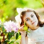 dziewczynka w ogrodzie — Zdjęcie stockowe #19928153