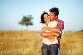 Lyckliga paret på fältet — Stockfoto