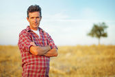 Przystojny mężczyzna na polu — Zdjęcie stockowe