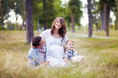 Familie samen in de zomer park met een zoon — Stockfoto
