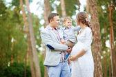 Familjen tillsammans i parken sommaren med en son — Stockfoto