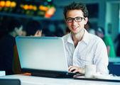 Com o laptop — Foto Stock