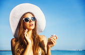 Young beautiful woman on the beach — Stock Photo