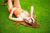 Mujer joven en la hierba — Foto de Stock
