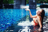 Giovane donna in piscina in luxury resort, bali, indonesia — Foto Stock