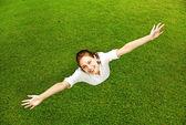 Vacker kvinna på gräs bakgrunden — Stockfoto