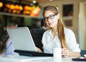 žena s notebookem (s měkkým zaměřením na oči) — Stock fotografie