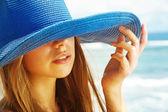 一个美丽的女人戴着帽子的肖像 — 图库照片
