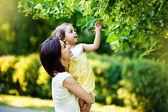 Mère avec sa fille dans le jardin — Photo