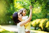 Madre con hija en jardín — Foto de Stock